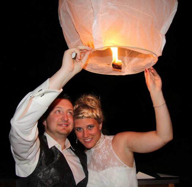mariés lâcher de lanternes thaï