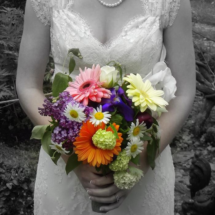Le mariage d'Alexandra, une ronde des fleurs et des couleurs !