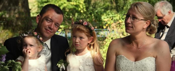 Le mariage rustique-chic de Cécile, sous les arbres, les fleurs… et sur un trampoline !