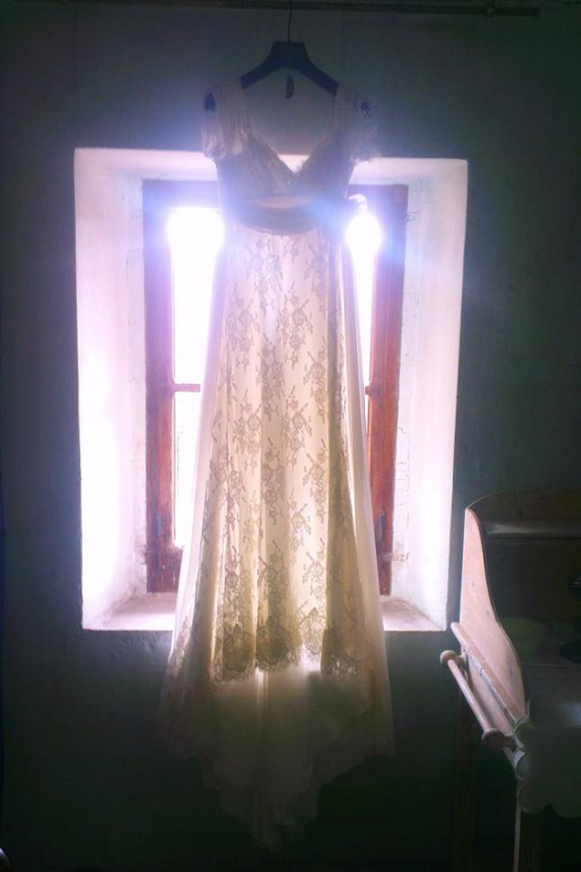 robe de mariée suspendue fenêtre lumière