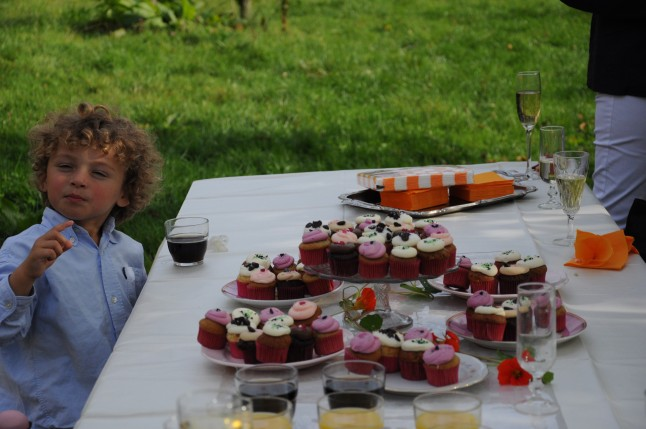 petit garçon buffet de mariage cupcakes