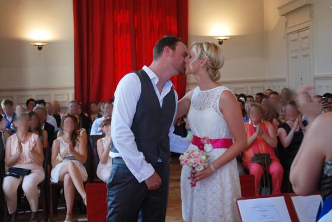 mariage à la mairie bisou