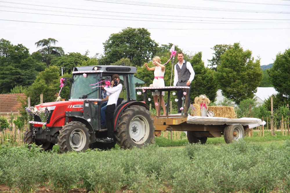 mariage champêtre arrivée mariés tracteur