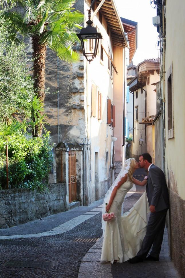 photo de couple mariés ruelle Italie