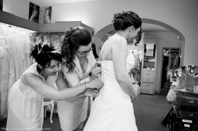 habillage de la mariée en boutique
