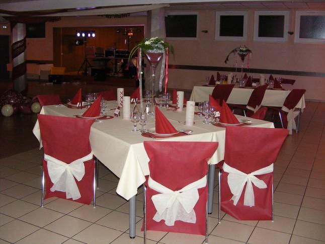 déco de salle et de table mariage rouge et ivoire