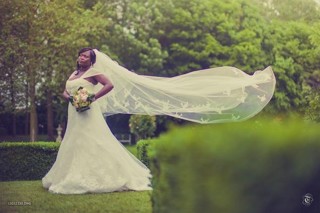 photo mariée noire dans un parc voile volant au vent