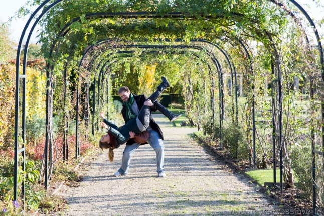 Séance d'engagement futurs mariés Paris Jardin de Breuil