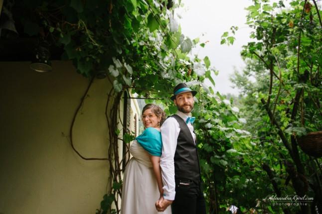 jeunes mariés sous la pluie photos de couple turquoise