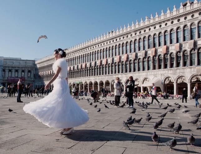 Jeune mariée à Venise place Saint Marc