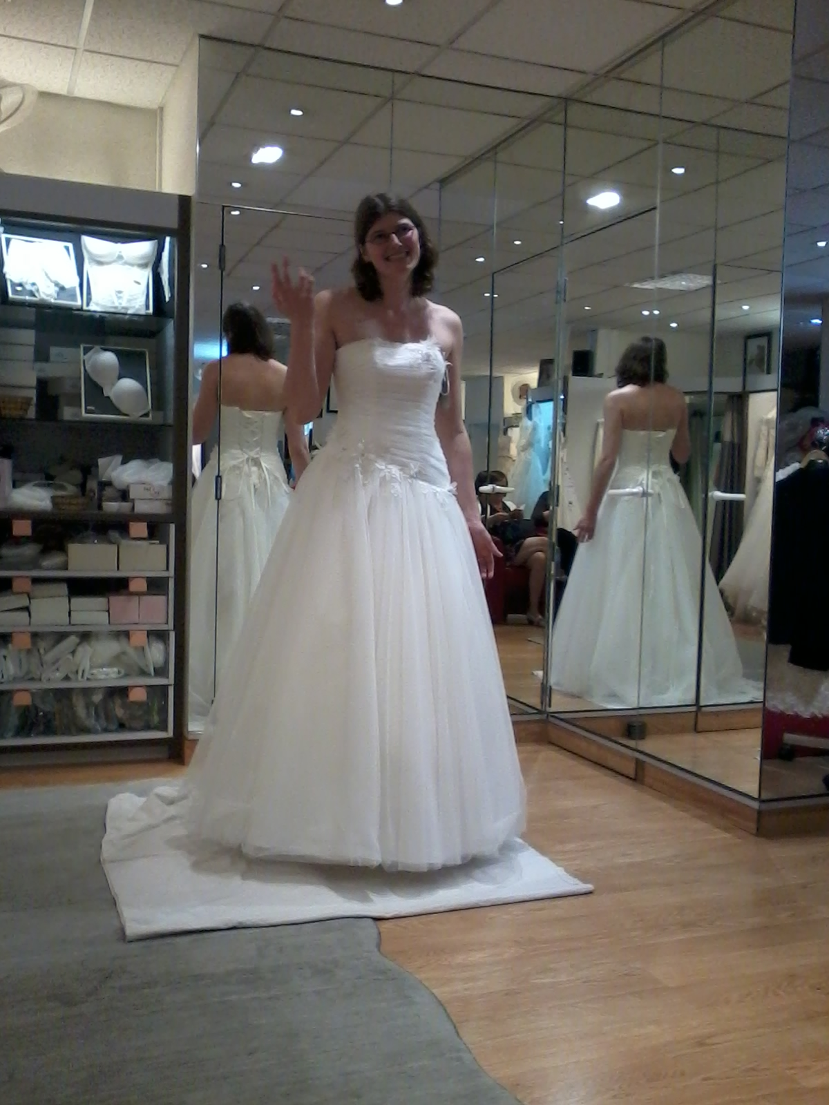Aaah, j'ai le droit d'essayer des robes de mariééée !!
