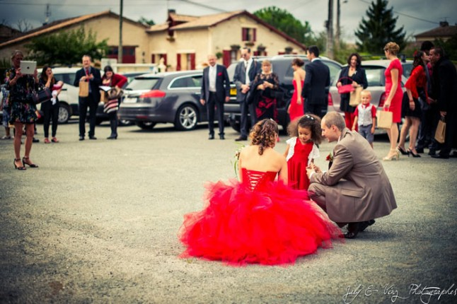 mariage en rouge place de la mairie