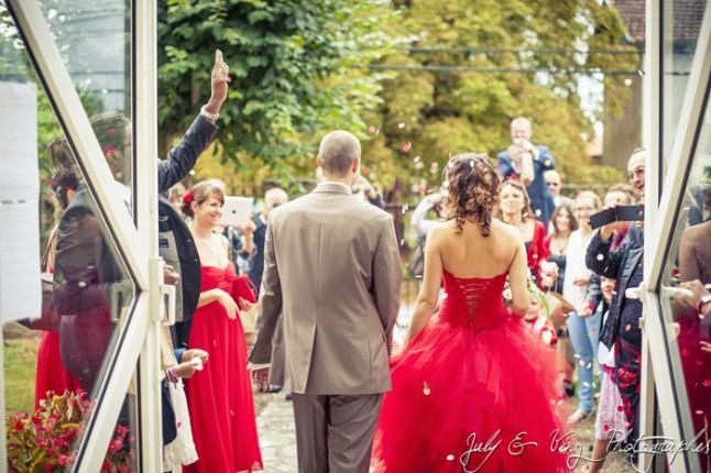 mariage en rouge sortie de la mairie