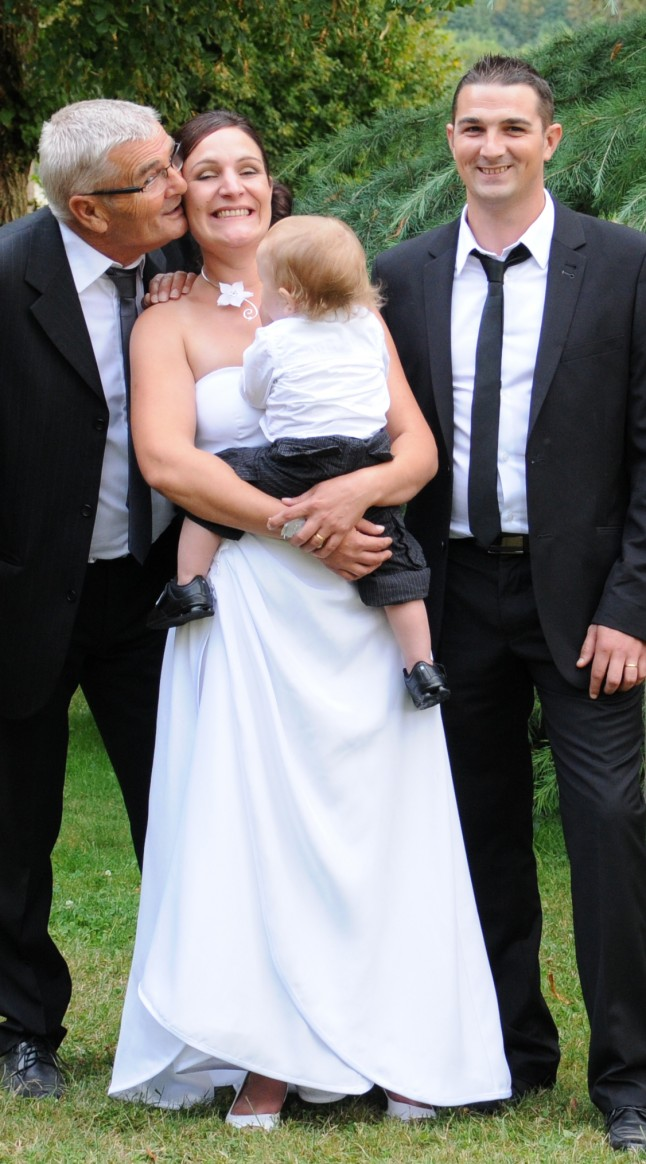 Beau-papa embrasse la mariée