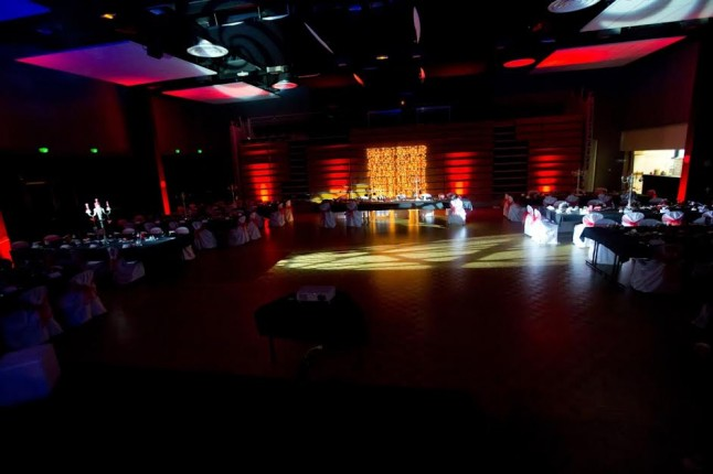 Salle de réception mariage en rouge et noir