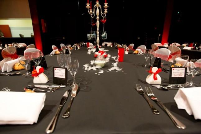 déco de table mariage en rouge et noir plumes