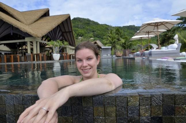 jeune mariée heureuse piscine voyage de noce aux Seychelles