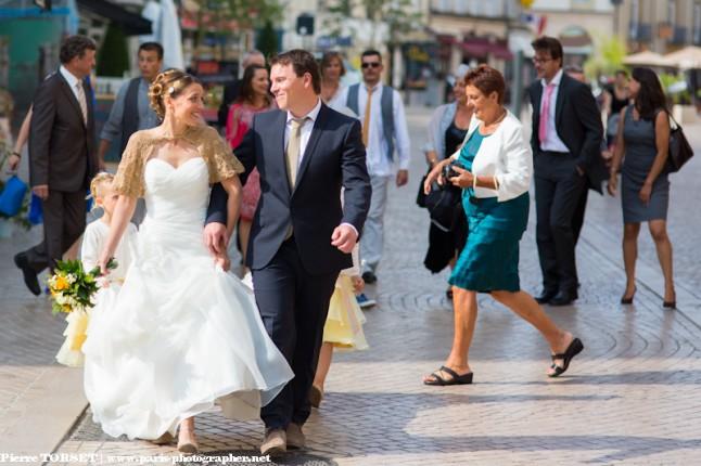 arrivée couple à la mairie jour de marché