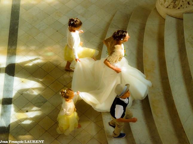 arrivée mariée avec le cortège dans les escaliers