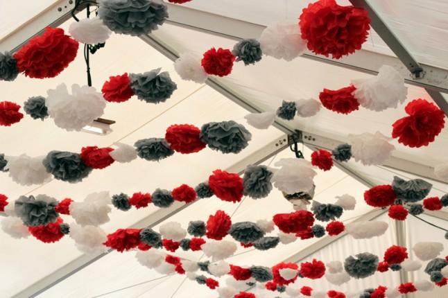 déco de salle pompons rouge blanc gris