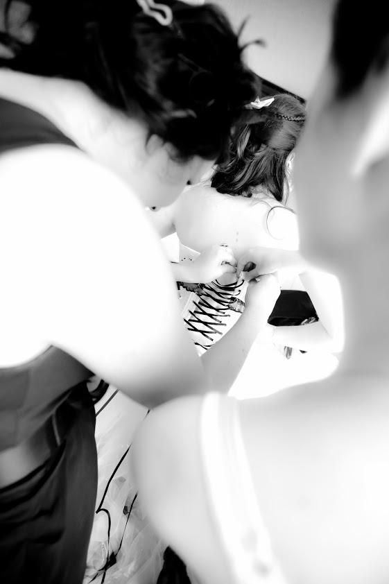 Laçage de la robe de mariée