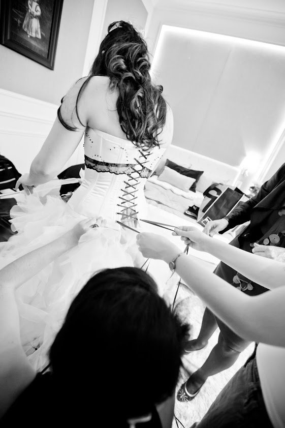 Laçage de la robe de mariée par les témoins