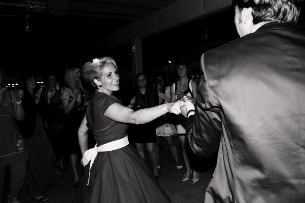 jeune mariée danse le rock