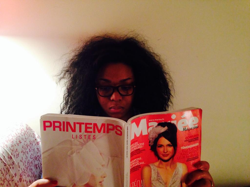 future mariée lisant un magazine mariage