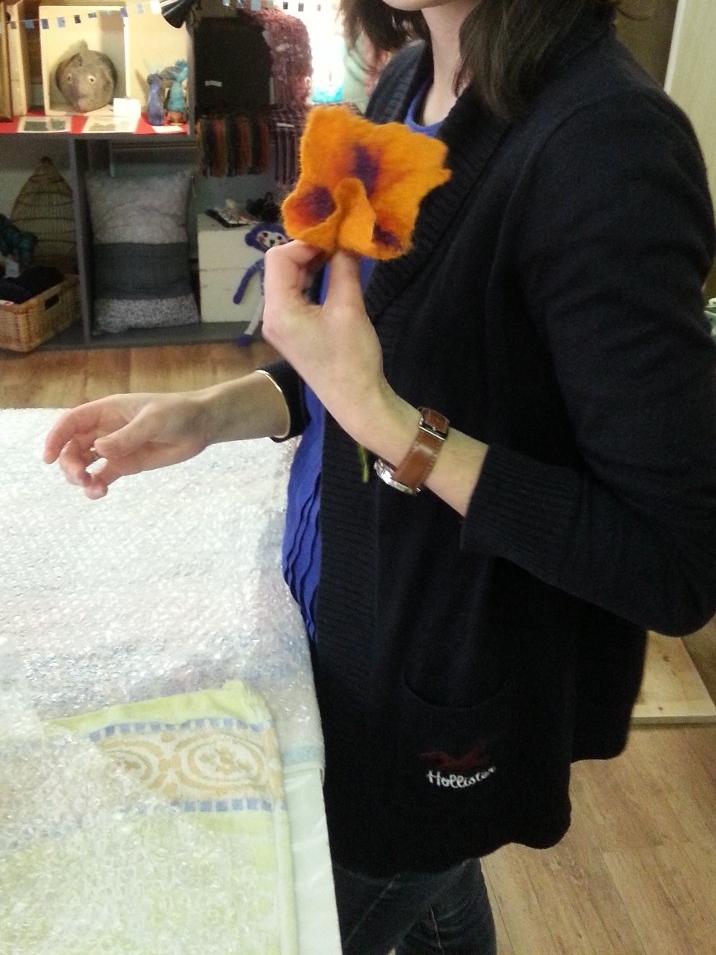 activité pour EVJF : fleur en laine feutrée