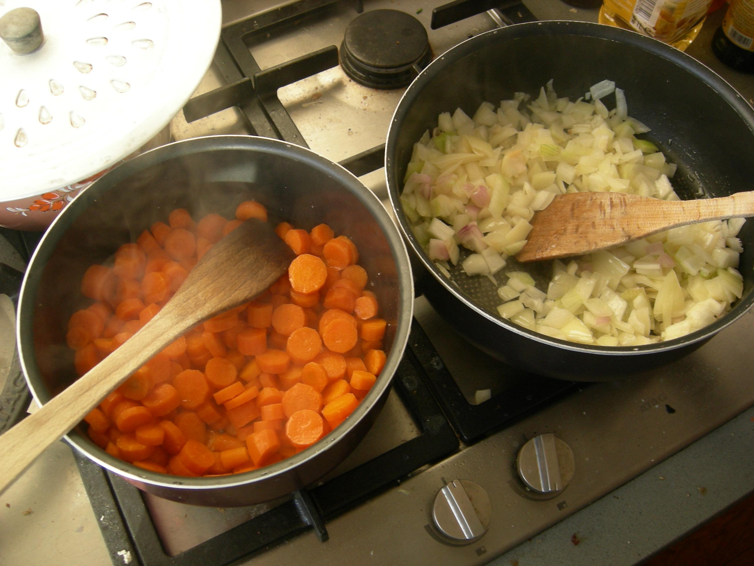 caraméliser les carottes et faire blondir les oignons