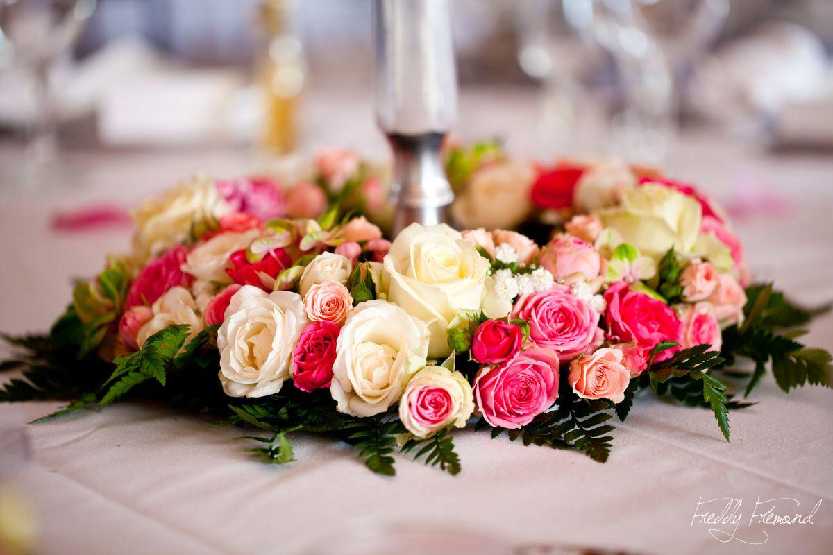 Une d co de tables de mariage simple chic et pur e - Decoration florale mariage centre de table ...