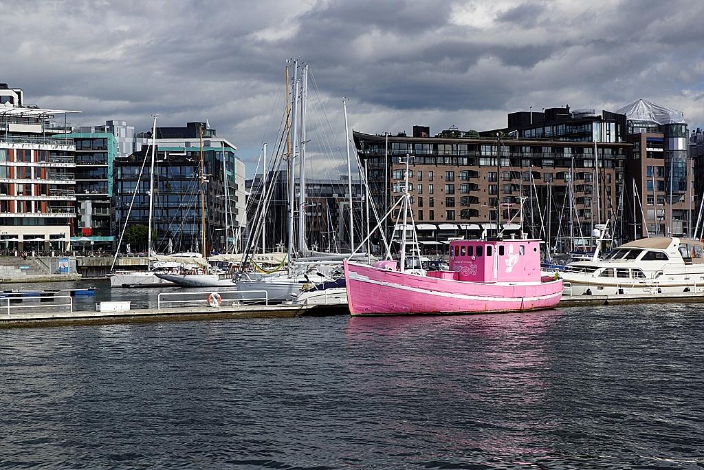 bateau rose dans le port d'Oslo