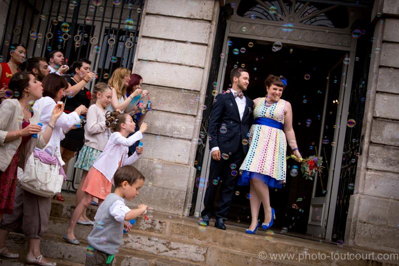 Mon mariage coloré avec le sourire : la sortie de la mairie et une surprise pour toi !