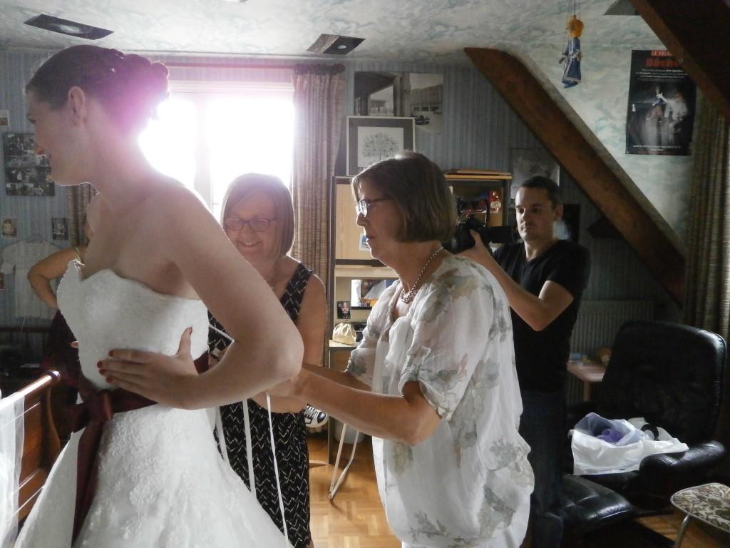 mise en place de la robe sous le regarde de notre vidéaste