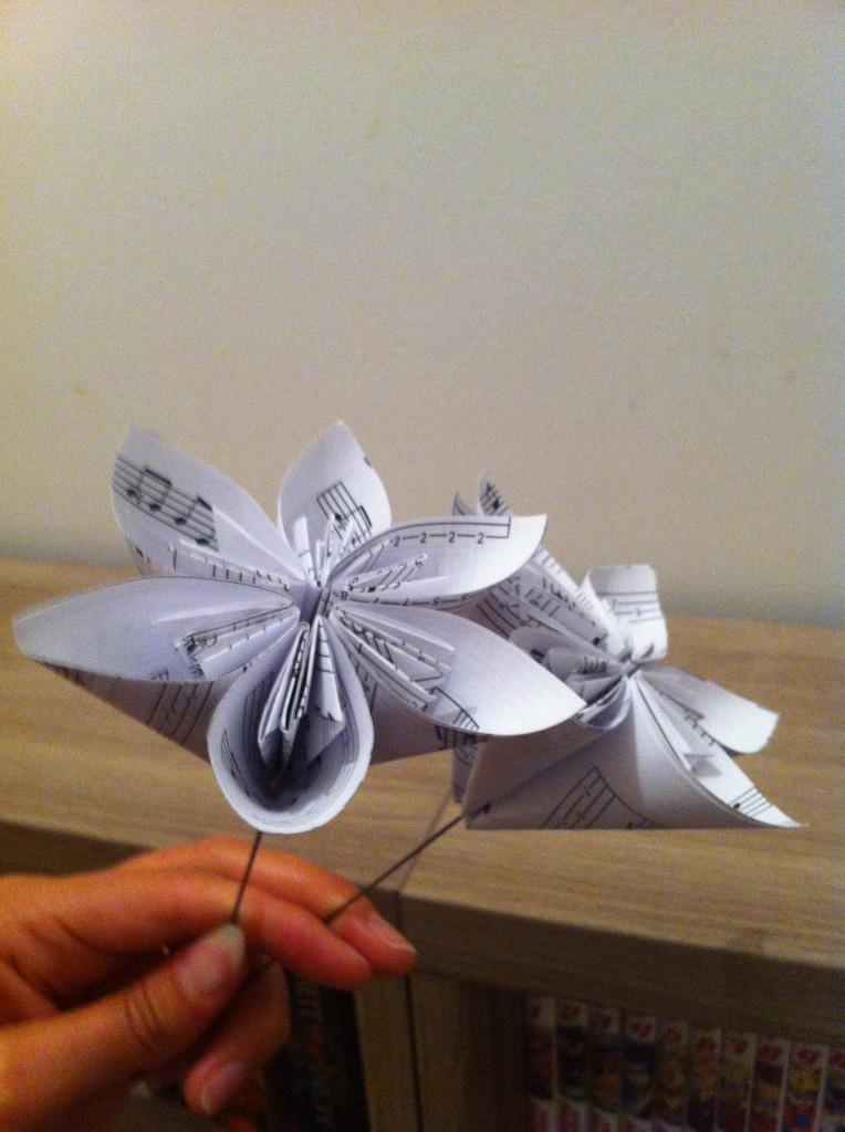 des fleurs en papier r alis es avec des partitions de musiques pour mon mariage mademoiselle. Black Bedroom Furniture Sets. Home Design Ideas