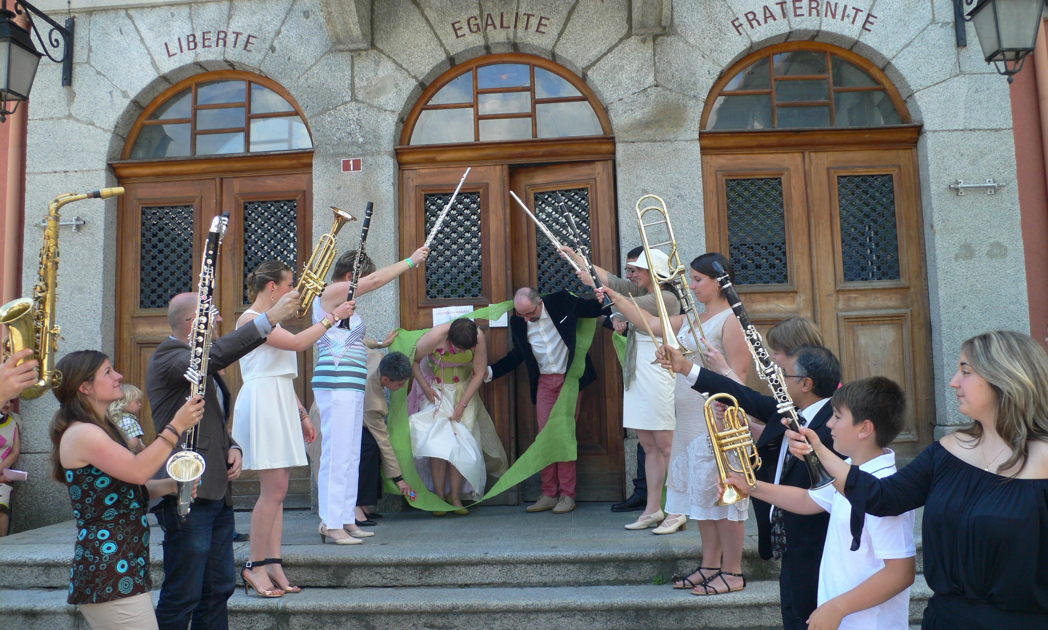 """Le mariage coloré de Véronique, avec une ambiance """"fête de village"""" dans un camping"""