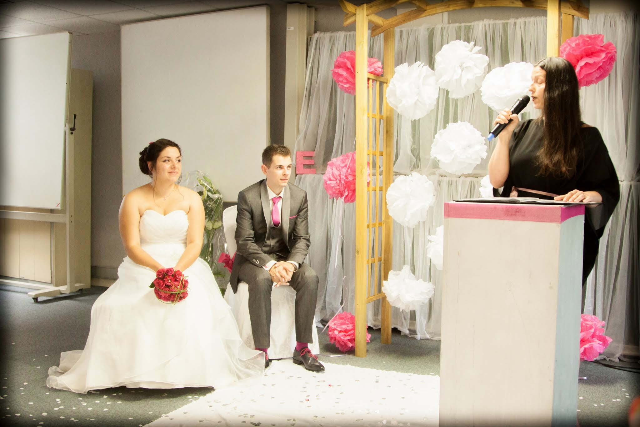 Le mariage sur le thème des bulles d'Élodie, en rose et gris, avec une cérémonie laïque