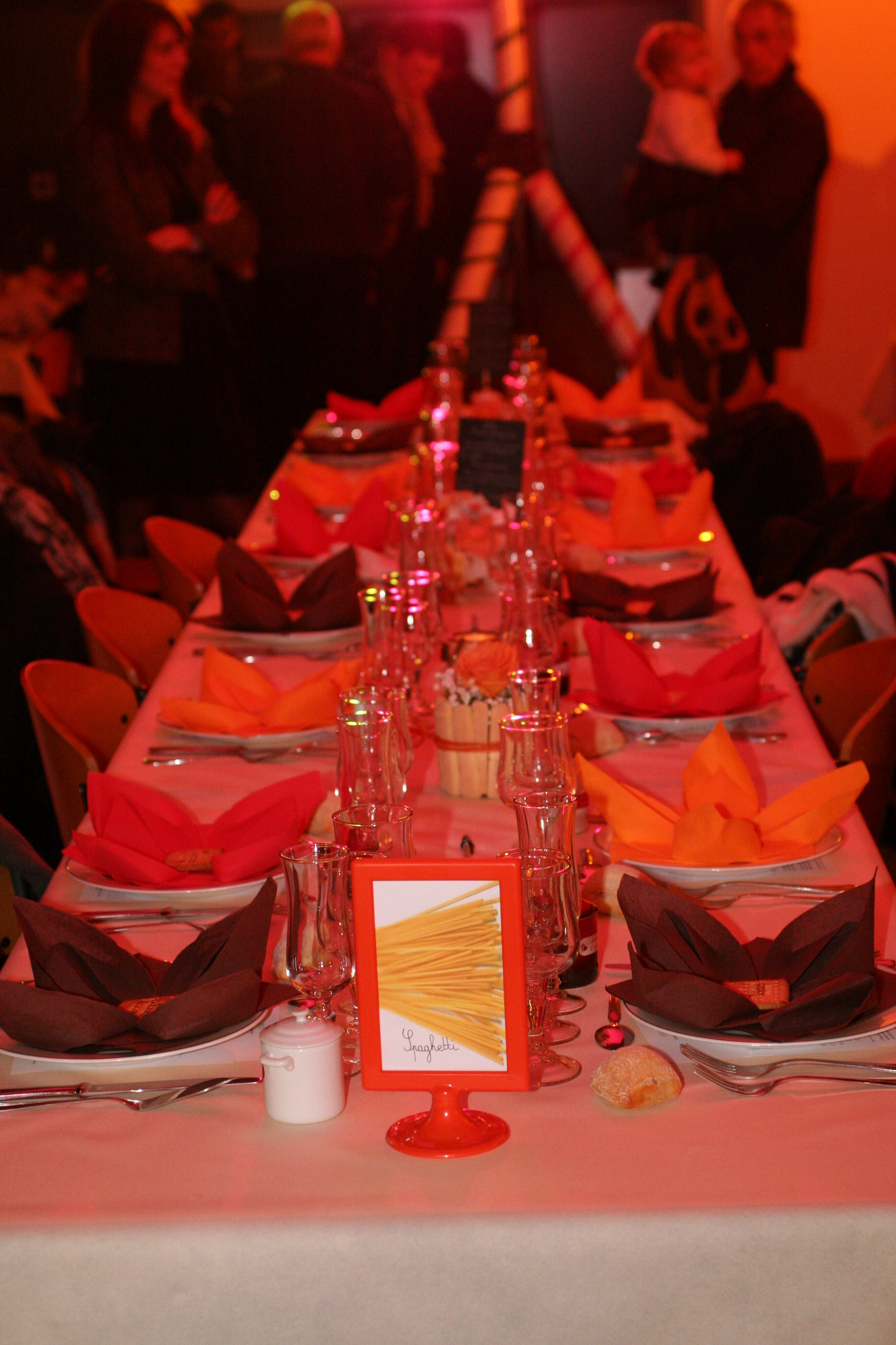 Décoration de table, avec des pâtes, en orange et marron