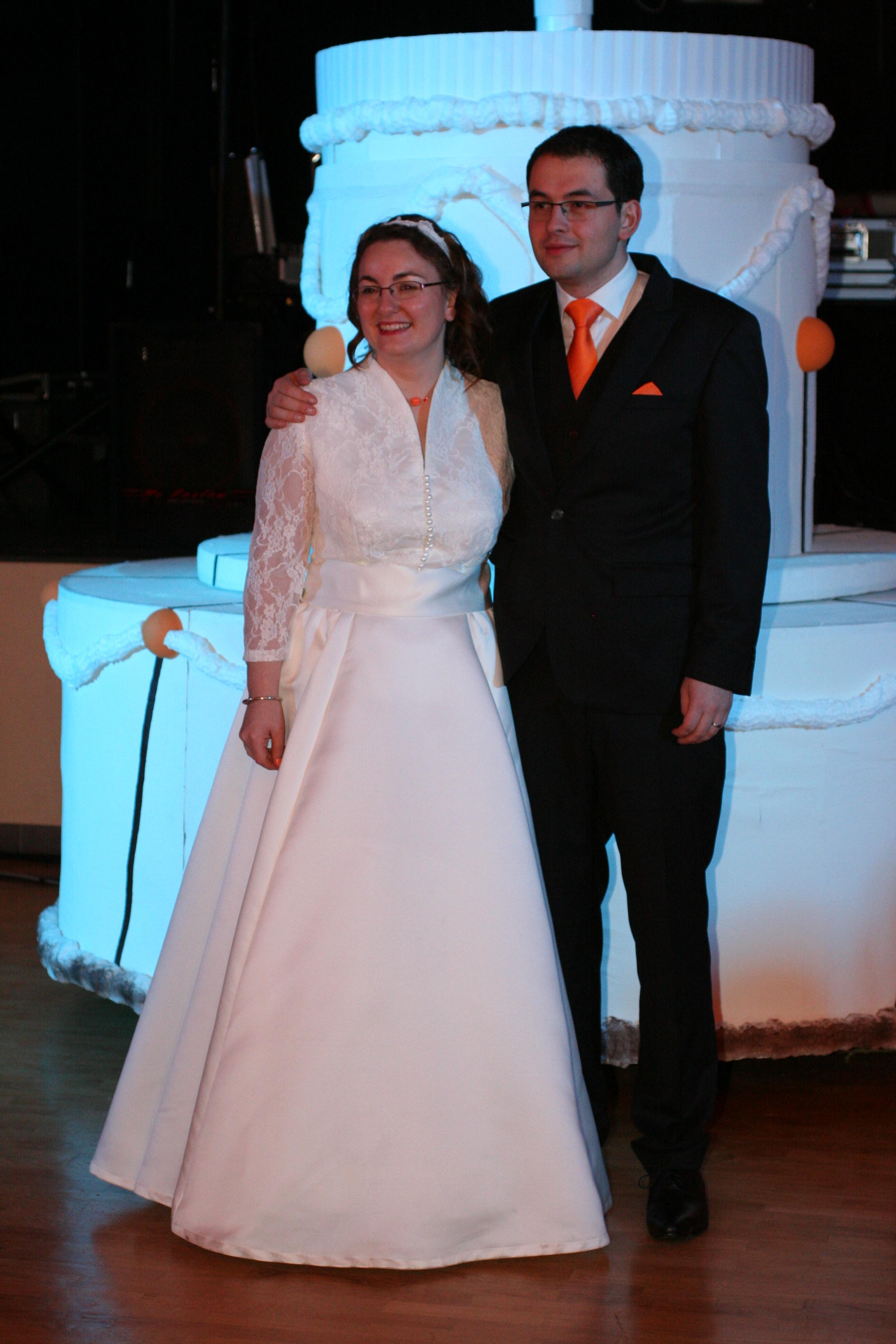 Les mariés devant un gâteau géant !