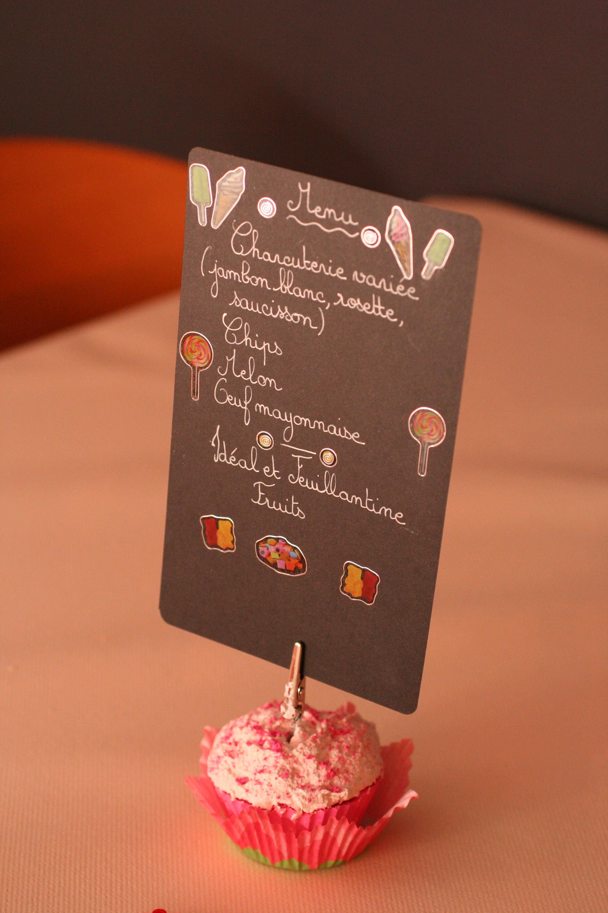 Menu pour les enfants sur un support en forme de cupcake