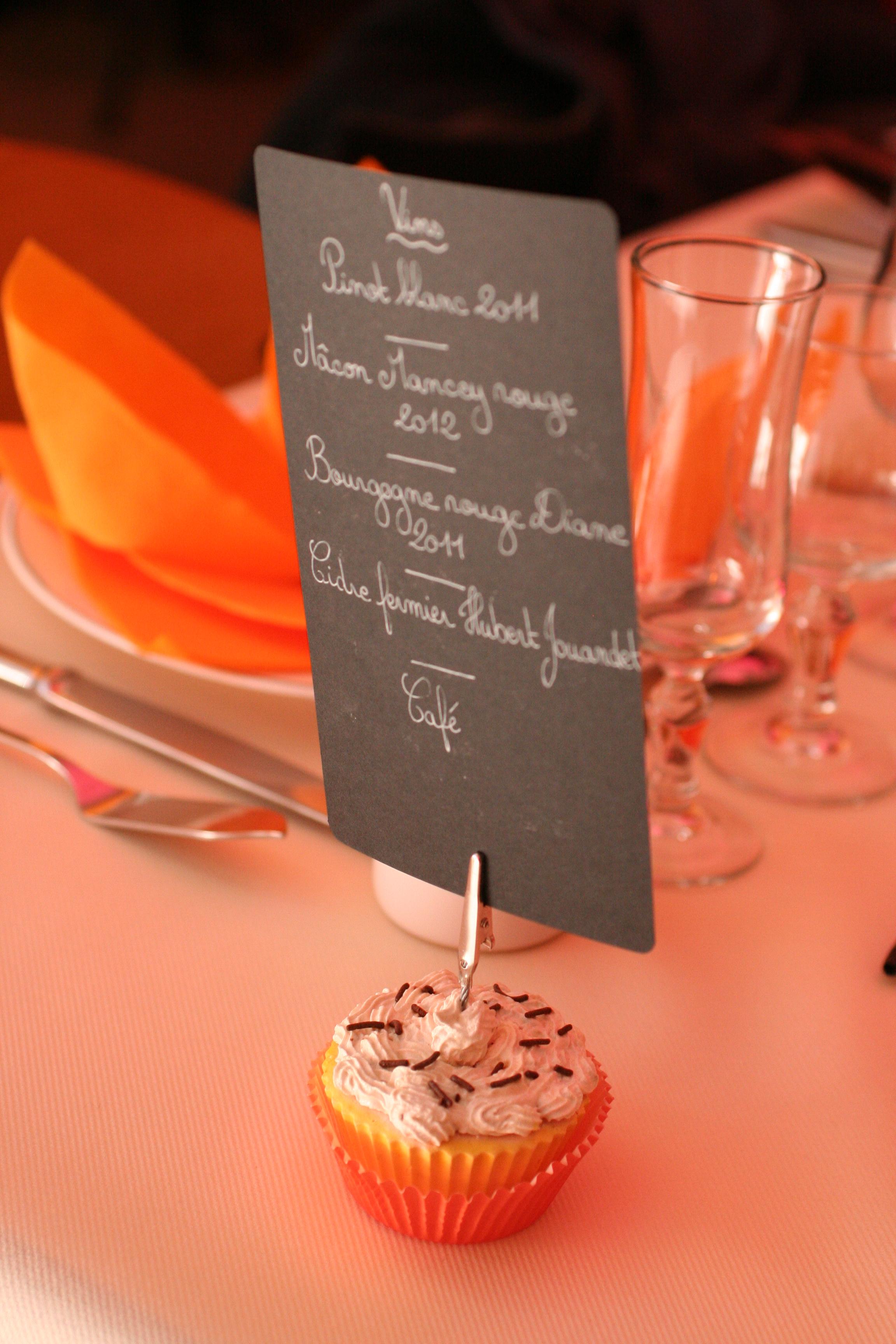 Menu du repas de mariage sur un support en forme de cupcake