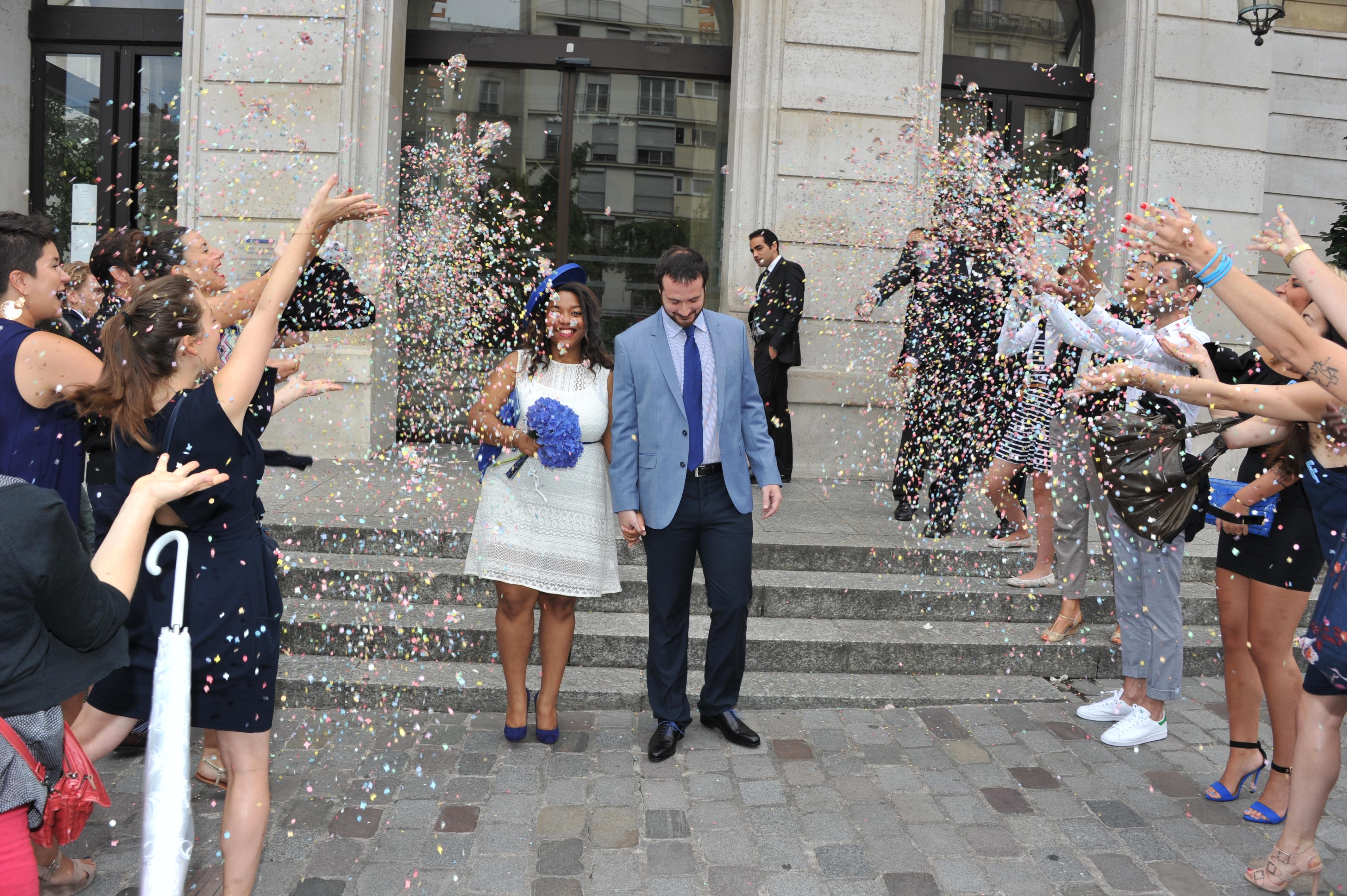 Mon mariage civil improviséen blanc et bleu: la sortie de la mairie