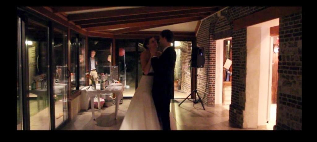 mariés ouvrant le bal seuls