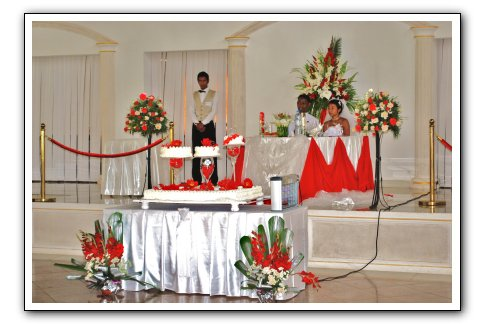 http://www.les-colonnades.com/espace/table-des-maries/table-maries-rouge-blanc