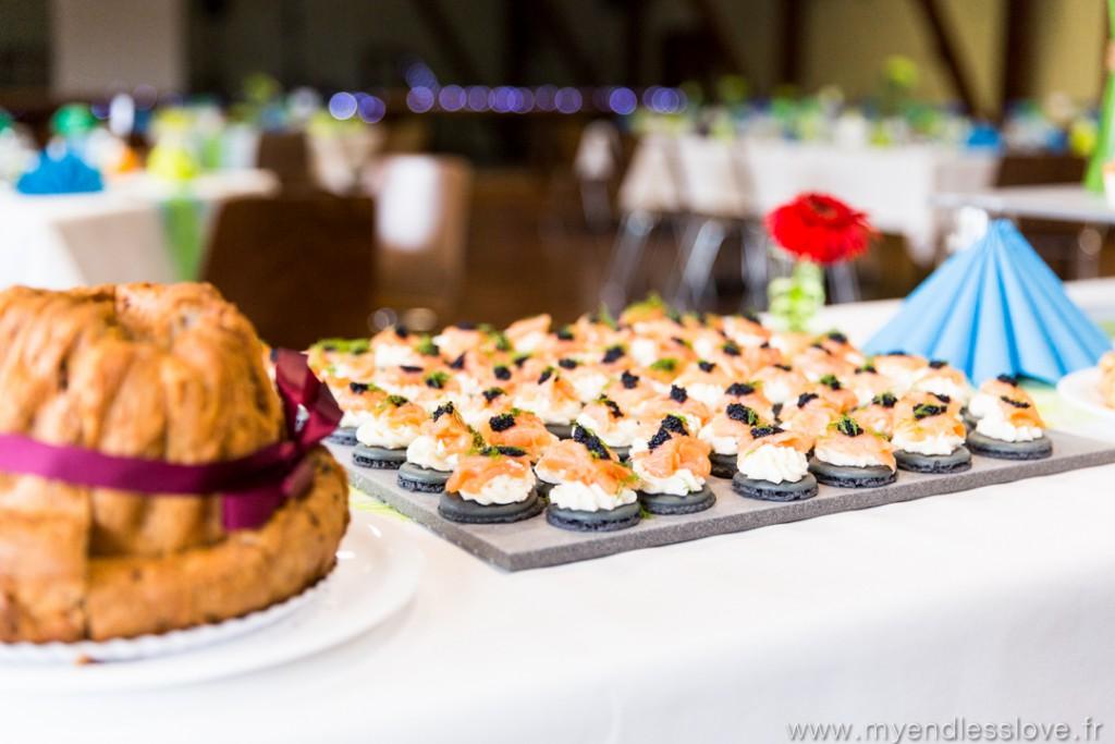 Repas de mariage : buffet d'entrée avec macaron au saumon // Photo : My Endless Love Photography