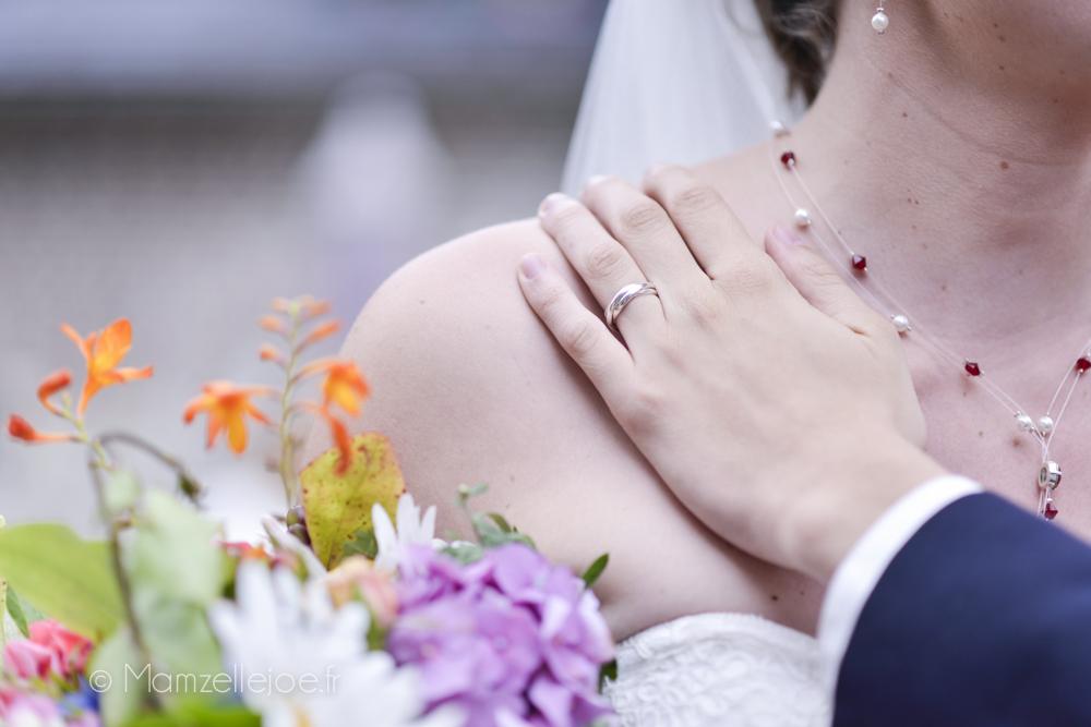 Photo de couple, la main et l'alliance du marié / Photo : Mamzelle Joe