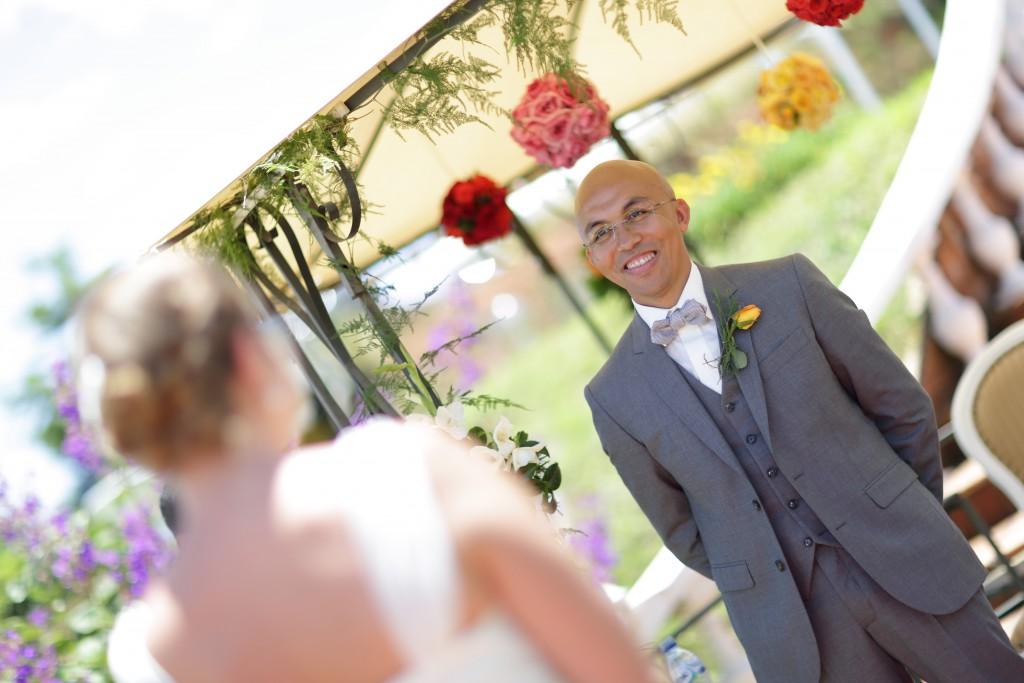 les mariés se découvrent à la cérémonie