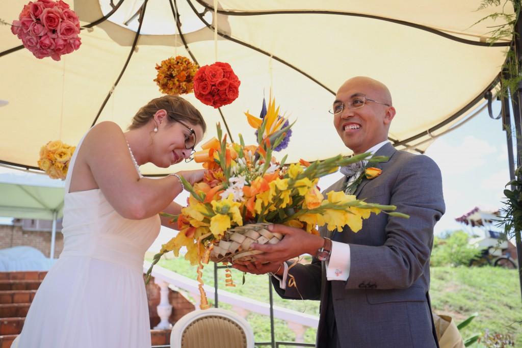 chercher sa bague dans un bouquet