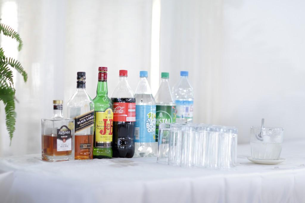 Tables avec les boissons pour le mariage // Photo : Ymagoo