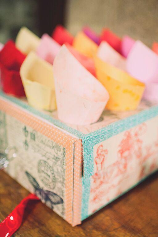 La boîte à confetti pour la sortie de l'église // Photo : Joyeuse Photography